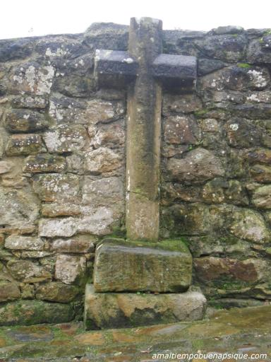 Cruz de piedra en Lastres